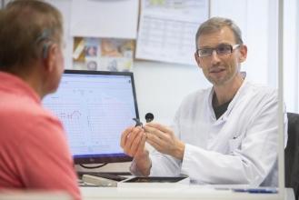 Das Leipziger Cochlea-Implantat-Zentrum feiert zehnjähriges Bestehen. Als einziges bundesweit wird es von einem Facharzt für Phoniatrie und Pädaudiologie geleitet: Prof. Michael Fuchs  Stefan Straube / UKL