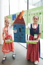 Die deutschen Gewinnerkinder Eva-Maria und Sophie mit ihrer Laserbett-Erfindung © MED-EL