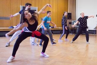 Gemeinsamer, wütender Tanz – beim inklusiven Cochlear Tanzprojekt arbeiten hörgeschädigte und hörende Jugendliche zusammen (Foto: Cochlear)
