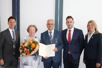 Landrat Andreas Müller, Bernadette Büdenbender (Ehefrau), Klaus Büdenbender, Patrick Büdenbender (Sohn) und Christa Schuppler, Bürgermeisterin Wilnsdorf, bei der Verleihungsfeier im Siegener Kreishaus. Bild: Kreis Siegen-Wittgenstein