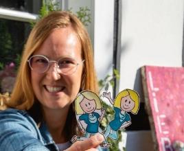 Silvia Gosewinkel, Logopädin und wissenschaftliche Mitarbeiterin der hsg Bochum, errang mit ihrem Video 'Lisa Logopädin' (Figuren im Bildvordergrund) den ersten Platz. Foto: Nicole Krischak