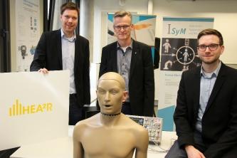 BUZ: v. l. Projektleiter Tobias Lehmann, Mentor Prof. Dr.-Ing. Joachim Waßmuth (ISyM) und Entwicklungsleiter Dennis Kaupmann.  FH Bielefeld