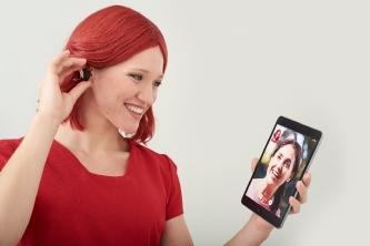 Deutlich besser verstehen dank Audiostreaming und mobiler Video-Telefonie – Miss IFA mit dem smarten Hörgerät ReSound LiNX² (Foto: Messe Berlin)
